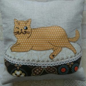 Кот на пуфике